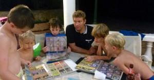 PS! Finn en feil på bildet av barna som bytter Pokemonkort. Jepp, det er min mann i midten med det nevrotiske blikket – livredd for å gjøre en dårlig deal!